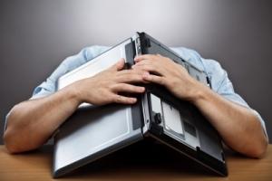 123rf_frustration_laptop_over_head
